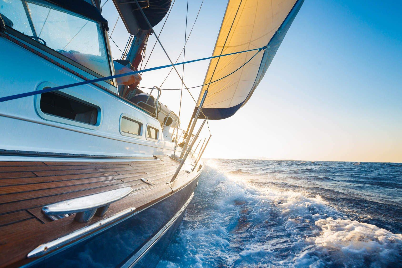 Ein Segelschiff hart am Wind im Meer